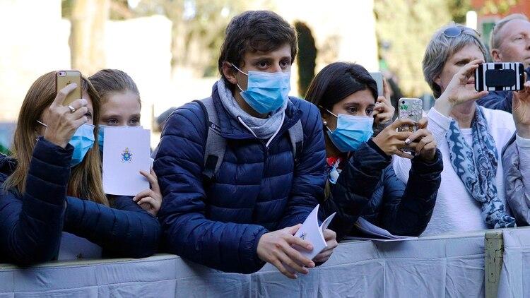 El miércoles pasado, en su última aparición pública, los fieles que esperaban al Papa en el Vaticano llevaban máscaras quirúrgicas por el brote de Corona Virus en Italia (AP)