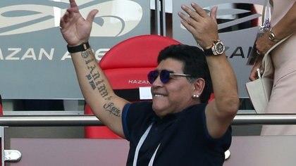 El legendario futbolista Diego Armando Maradona, durante el partido de octavos de final del Mundial de Rusia entre Argentina y Francia, el 30 de junio de 2018 (AFP/Archivos – Roman Kruchinin)