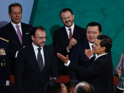 El ex presidente de México, Enrique Peña, se acerca al otrora ministro de Relaciones Exteriores, Luis Videgaray, luego de pronunciar su discurso anual a la nación en Ciudad de México el 2 de septiembre de 2017 (Foto: Reuters/Carlos Jasso)