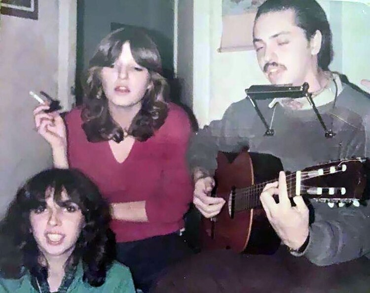 Alberto Fernández empezó a tocar la guitarra en su adolescencia (Álbum familiar)