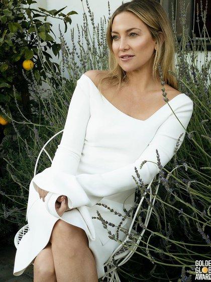 Kate Hudson, optó por un vestido blanco firmado por Proenza Schouler de escote bote, con mangas y de largo a la rodilla. Completó su look con aros de oro colgante, un maquillaje sencillo y cabello suelto (@katehudson)