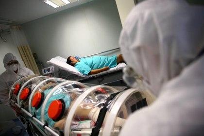 Luis, de 62 años, también se infectó de coronavirus y es un paciente con alto riesgo ya que padece además diabetes, es atendido en la Cruz roja mexicana de la Ciudad de México Foto: (REUTERS/Edgard Garrido)