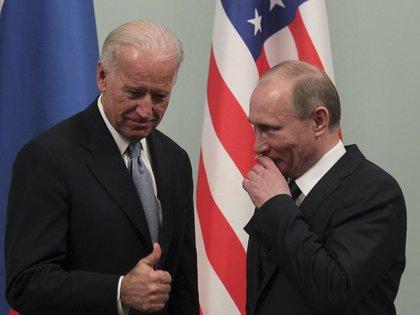 El entonces vicepresidente estadounidense, Joe Biden, y el entonce, primer ministro ruso, Vladimir Putin, durante un encuentro en Moscú en 2011 (EFE/MAXIM SHIPENKOV/Archivo)