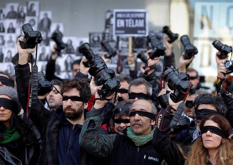 MARTÍN ACOSTA. CABA. 11 de Julio 2018. Camarazo frente a Telam. Reporteros gráficos nucleados en ARGRA, se manifestaron frente a la redacción de la Agencia Nacional de Noticias Télam, en repudio a los más de 300 empleados despedidos.