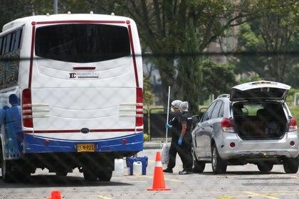 Trabajadores lavaron el interior de algunas camionetas que llevaron a los colombianos que regresaron de China. REUTERS/Luisa Gonzalez