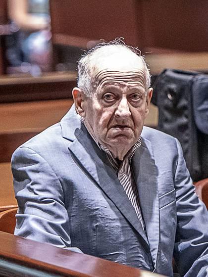 El adulto mayor no habló durante su juicio, escuchó el veredicto con unos auriculares y se quedó sin expresión. (Andree Kehn/Sun Journal via AP)
