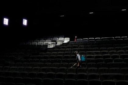 Desinfección en una sala de cine en Francia (Foto: EFE)