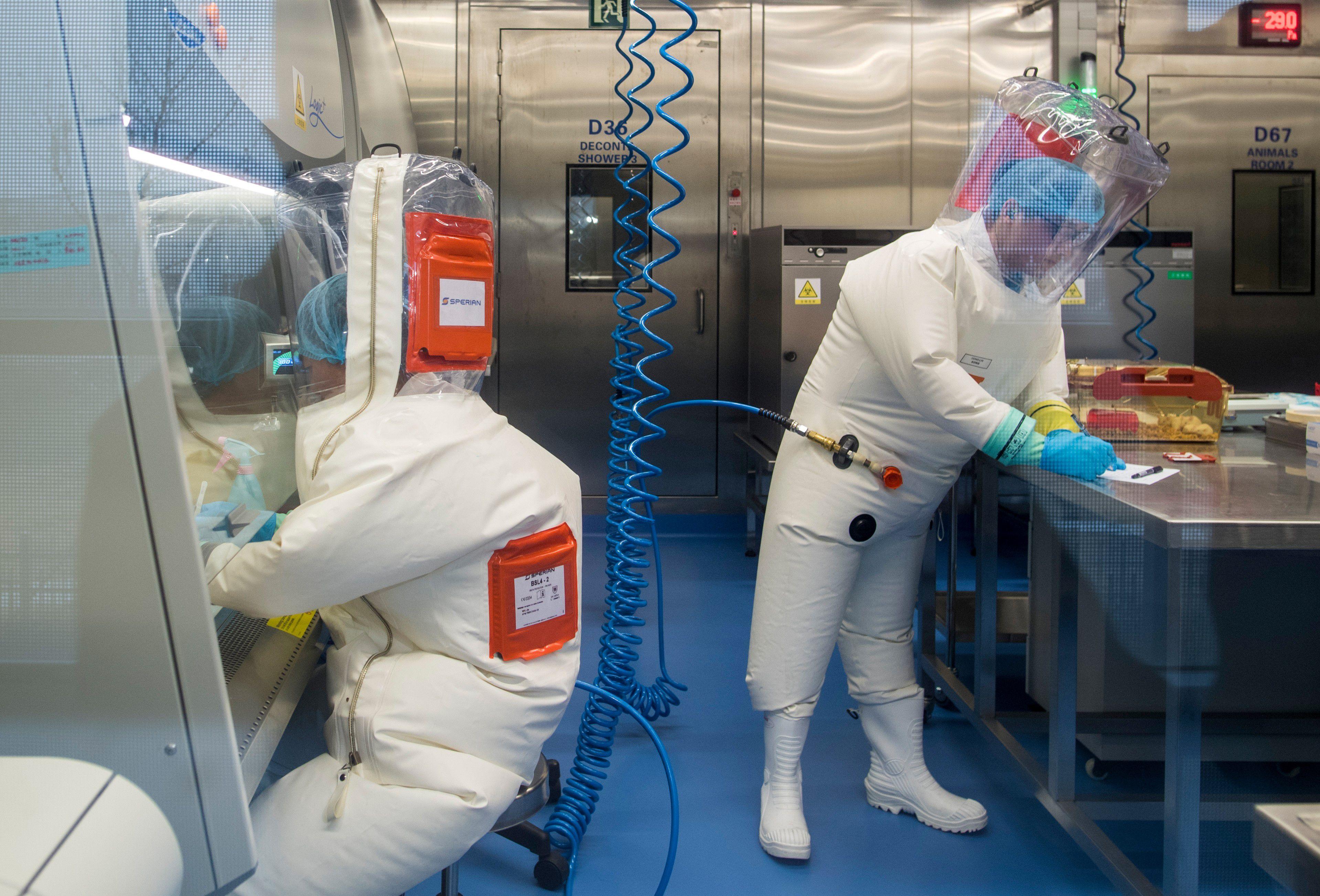 Investigadores en el laboratorio de Wuhan. ( JOHANNES EISELE / AFP)
