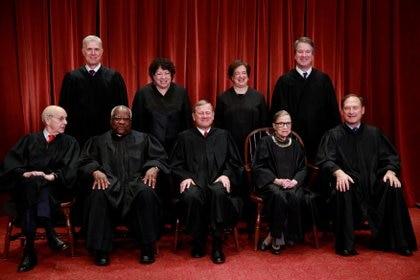 Los nueve jueces de la Corte Suprema de Justicia de EEUU en 2018 (REUTERS/Jim Young)