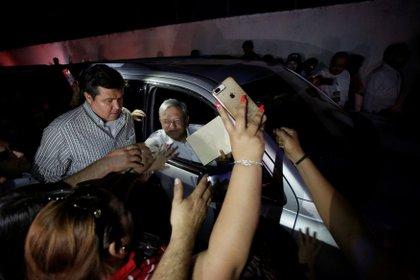 El presidente de México, Andrés Manuel López Obrador, es recibido por personas mientras salía de un evento en Badiraguato, en el estado mexicano de Sinaloa, México, el 15 de febrero de 2019 (Foto: REUTERS/Daniel Becerril)