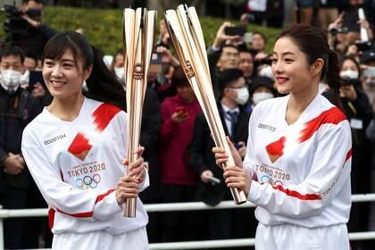 La actriz Satomi Ishihara (a la derecha) posa con la antorcha olímpica durante un ensayo del relevo llama de los Juegos Olímpicos de Tokio 2020 (Reuters)