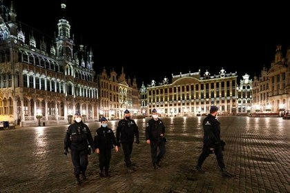 Policías patrullan la Gran Plaza de Bruselas, en medio de un toque de queda nocturno impuesto por las autoridades del país (Foto: REUTERS/Francois Lenoir)