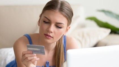 A la hora de comprar, las mujeres demandan, preguntan y exigen mucho más que los hombres (Getty)