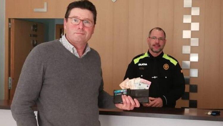 Toda España busca al mendigo que devolvió una billetera con 1.000 euros y desapareció