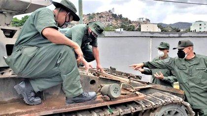 Militares en la reparación de uno de los vehículos militares