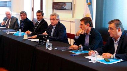 Alberto Fernández junto a legisladores de Juntos por el Cambio