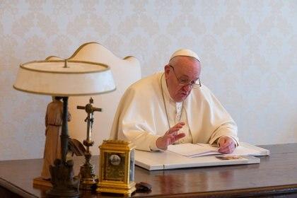 "Francisco advirtió que cuando se desata la destrucción de la naturaleza, ""es muy difícil frenarla"" (Vatican Media/Handout via REUTERS)"