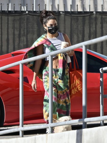Vanessa Hudgens Resumed Her Work Activity. The Actress, Singer And Model Made A Photographic Production In Los Angeles, California, And Wore A Batik Jogging Outfit. Also, She Was Seen Arriving With Her Mask And A Coffee
