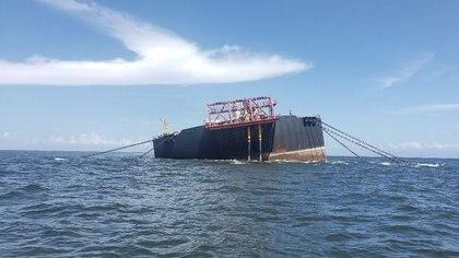 La instalación flotante de almacenamiento y descarga (FSO) de Nabarima, operada por la empresa mixta Petrosucre, una asociación entre la estatal venezolana PDVSA y la italiana Eni, se ve inclinada en el Golfo de Paria, entre Venezuela y Trinidad y Tobago