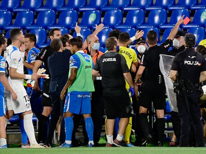 Players quarrell at the end of the Spanish League football match between Getafe and Villarreal at the Coliseum Alfonso Perez stadium in Getafe near Madrid on July 8, 2020. (Photo by JAVIER SORIANO / AFP)