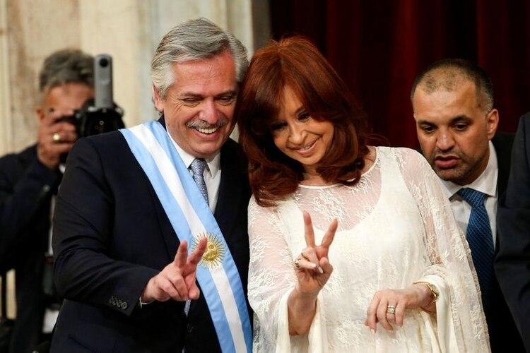 Alberto y Cristina Kirchner posan juntos para una foto luego de asumir