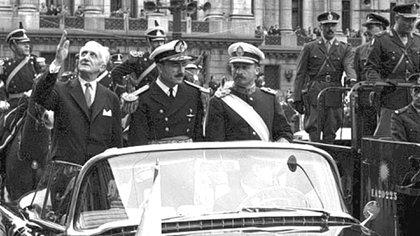 Arturo Illia junto a Juan Carlos Onganía, el general que luego encabezaría el golpe militar para derrocarlo