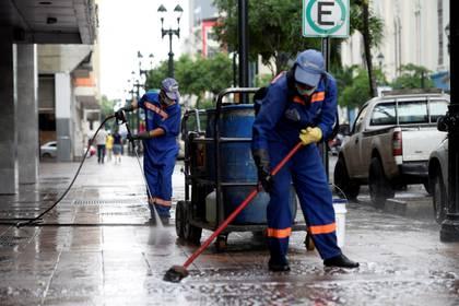 Trabajadores municipales limpian las calles de Guayaquil, Ecuador (REUTERS)