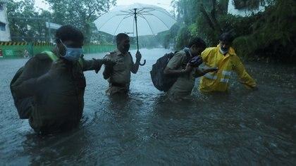 Un ciclón llega a la India con vientos de 185 km/h en pleno brote de COVID-19: suspenden vacunaciones y evacúan a más de 100 mil personas