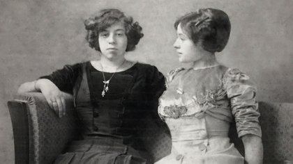 Martha/Tom (izq.) y una de sus hermanas, Lily, quien se casó con un actor. (La foto forma parte de la muestra de Documenta, en Kassel)