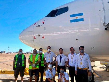 Pilotos, tripulación y trabjadores de Fybondi en el Aeropuerto de El Palomar al volver de un vuelo de repatriación de Brasil