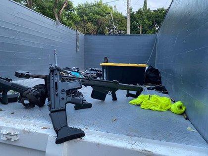 Fotografía cedida este viernes, por la Fiscalía de Ciudad de México que muestra una vista de armas en el lugar donde se atentó contra el jefe de Seguridad de la Ciudad de México. (Foto: EFE/ Fiscalía De Ciudad De México )