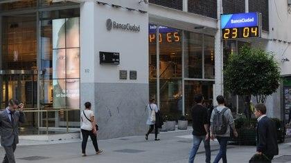 Este lunes los bancos permanecerán abierto hasta las 17