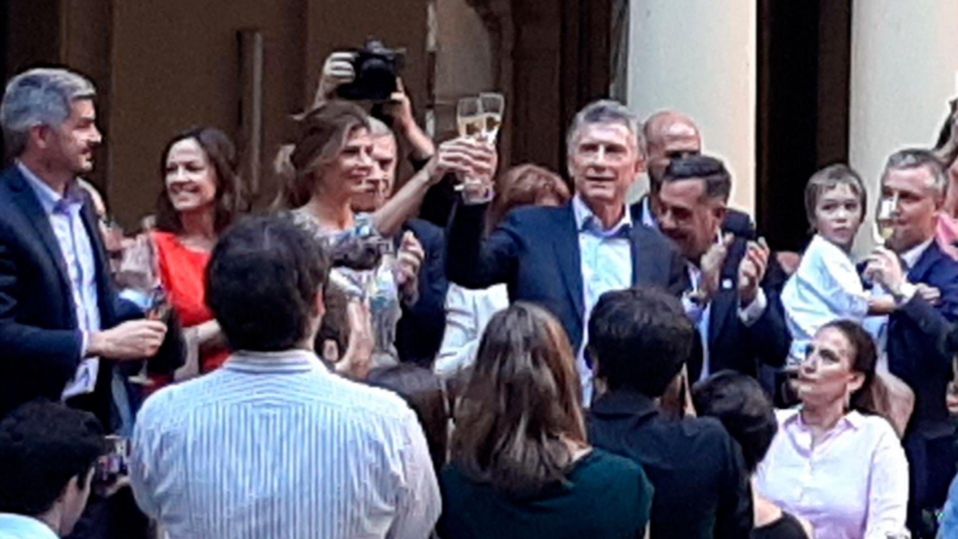 El presidente Mauricio Macri se despidió este lunes del personal de la Casa Rosada con unas palabras desde el Patio de las Palmeras. Lo acompañaron su vice Gabriela Michetti, el jefe de Gabinete Marcos Peña y su mujer Juliana Awada, entre otros