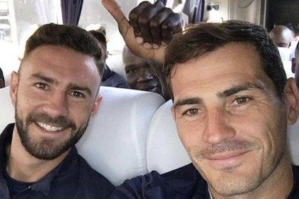 Iker Casillas y Miguel Layún (Foto: Twitter)