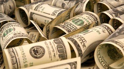 La fuerte emisión de pesos que viene haciendo el Banco Central comenzó a impactar en el dólar.