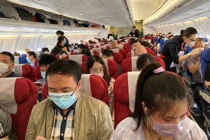 Aunque las autoridades de aviación de China no han hecho anuncios oficiales sobre los criterios de distancia social, las aerolíneas exigen a los pasajeros que lleven máscaras. (REUTERS/Martin Pollard)