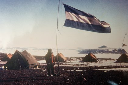 La bandera argentina flameando en la Base Marambio cuando todavía no había ninguna edificación. La dotación número 1 extendió en 1970 la pista 400 metros más y realizó las primeras construcciones