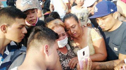 Familiares de todos los anexados empezaron a llegar al lugar y exigir ver los cuerpos de los asesinados, además de cuestionar sobre la situación individual de los pacientes (Foto: Cortesía Alejandro Gibran Chichipan)