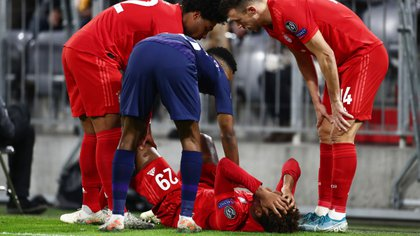 Kingsley Coman preocupó a sus compañeros y rivales al sufrir una impactante lesión de rodilla (Shutterstock)