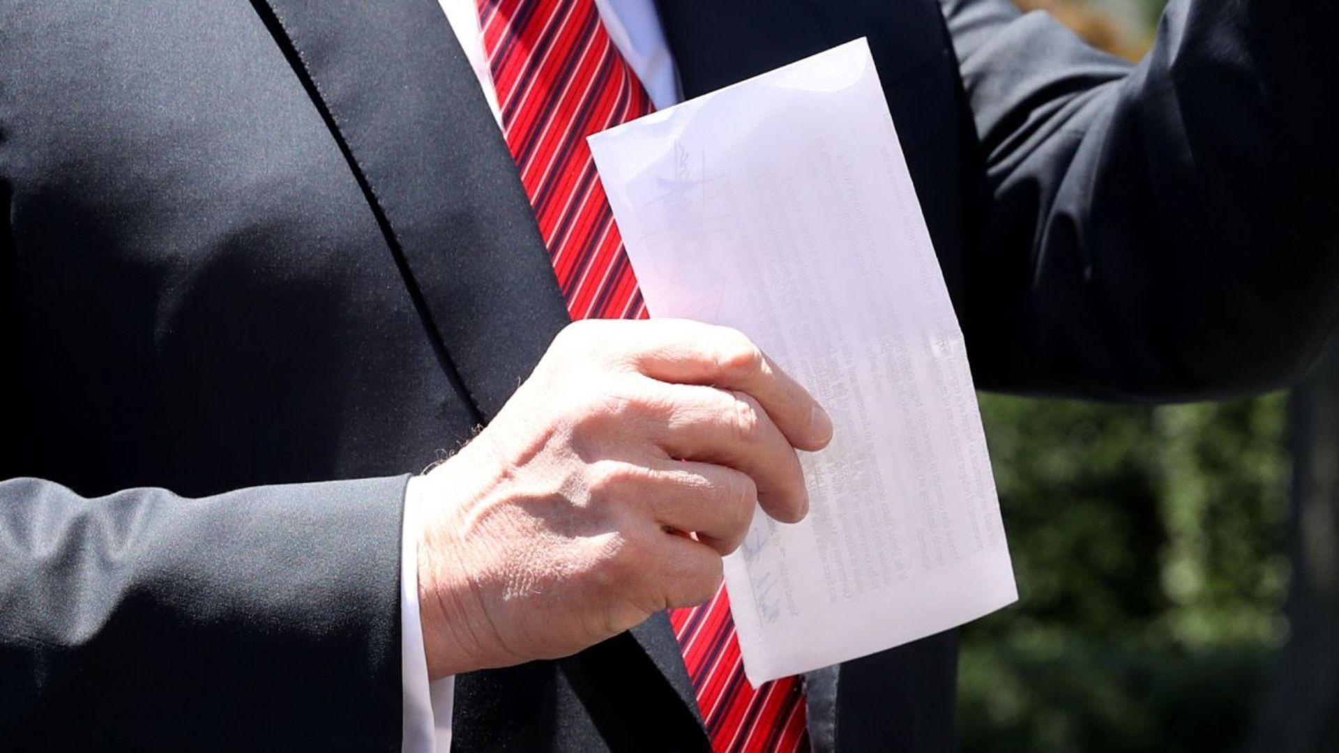 Trump mostró una hoja , la cual aseguró, es el convenio secreto (Foto: Reuters)