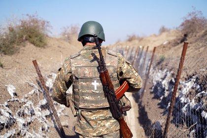 Un soldado armenio en el frente durante la guerra con Azerbaiyán (Foto: EFE / Pablo González)