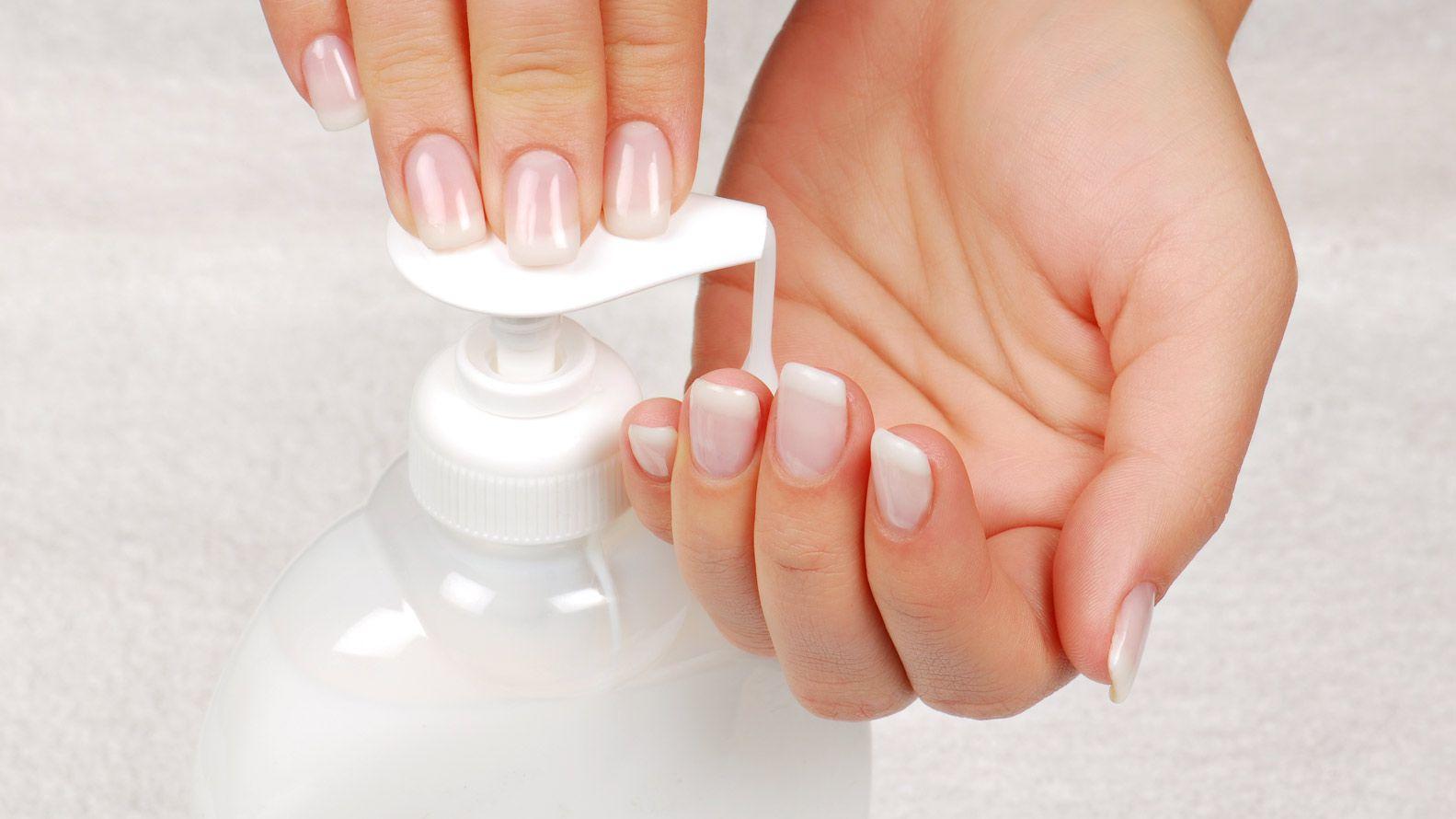 Lavarse las manos es una forma eficaz de eliminar el virus (Shutterstock)