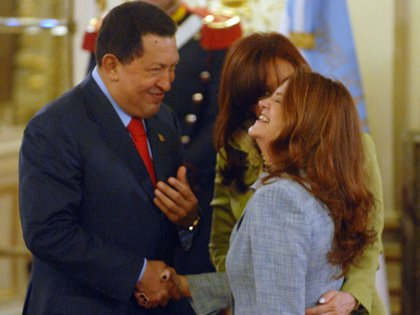 Alicia Castro dialoga con Hugo Chávez. Atrás aparece Cristina Fernández de Kirchner