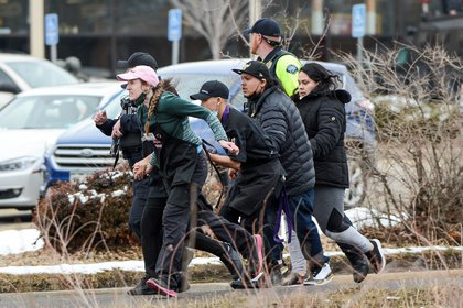 Empleados de King Soopers corren para alejarse de un tirador en Boulder, Colorado, este 22 de marzo (Reuters)