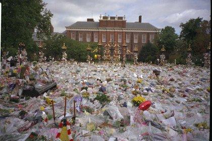 El impresionante mando de ofrendas florales ante Kensington Palace en sus funerales. Shutterstock