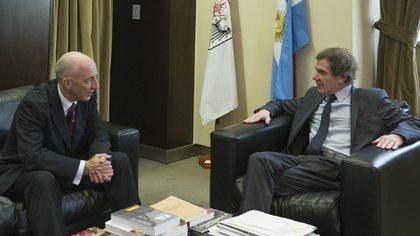 El embajador británico Mark Kent junto a Darío Lopérfido, director del Teatro Colón