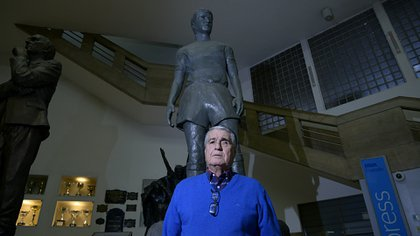 """Rojitas"" posa junto a su propia estatua que se exhibe en las entrañas de la Bombonera (Gustavo Gavotti)"