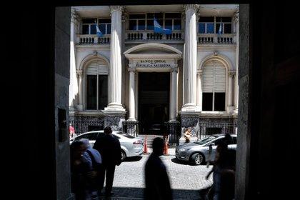 Personas caminan frente al Banco Central de la República Argentina (EFE /Juan Ignacio Roncoroni /Archivo)