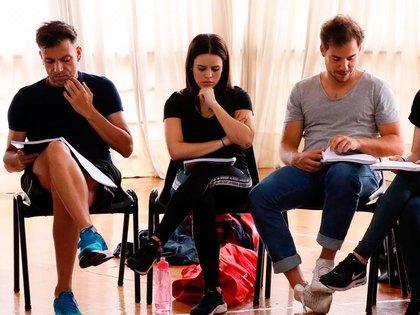 Martín Bossi, Sofía Morandi y Fer Dente, en uno de los ensayos del multipremiado musical de Broadway que se presentará en el teatro Astral