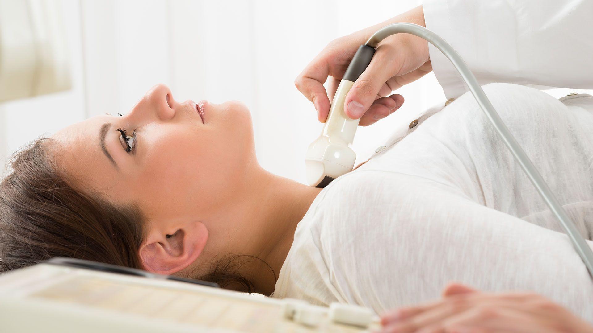 Es importante tener en cuenta los signos de fatiga vocal, que deben llevar a la consulta médica inmediata (Getty)